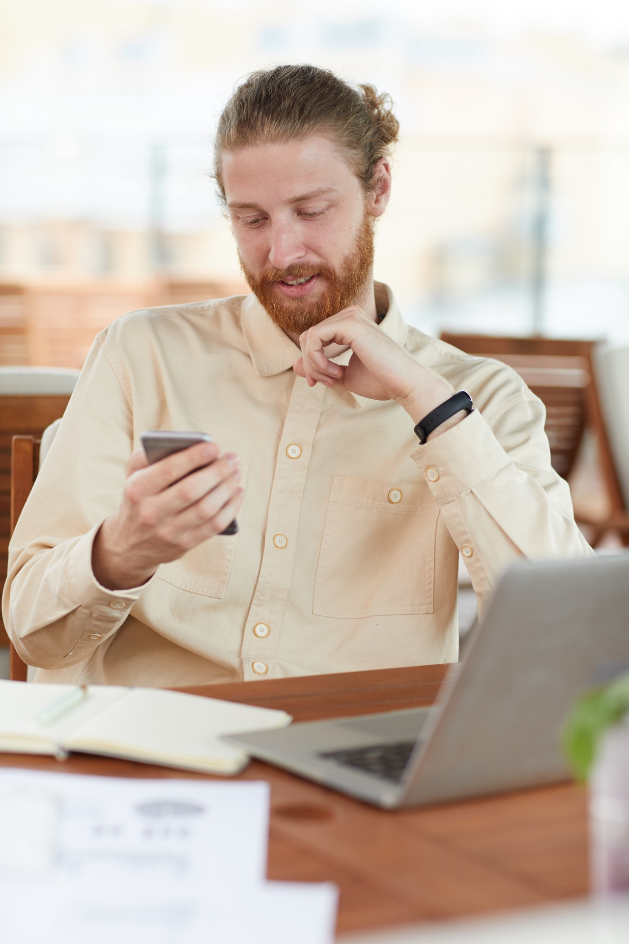 man-reading-a-message-on-the-phone-MK44AD6